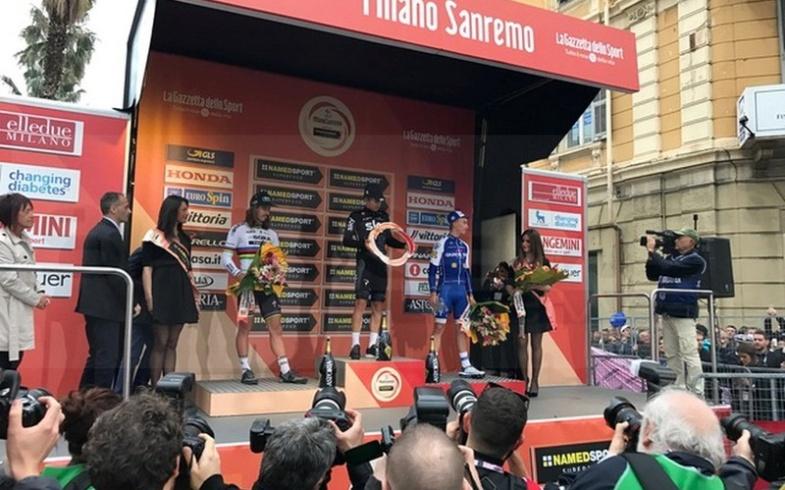 I nostri fiori sul palco insieme ai vincitori della Milano Sanremo!